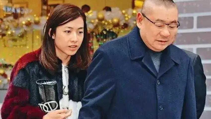 如今41歲的甘比已經有了400多億的身家,成為香港第一女首富。