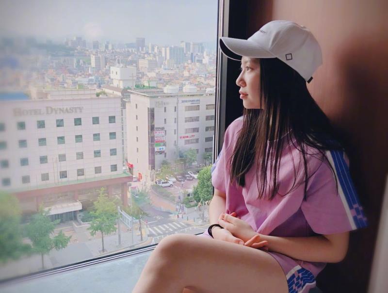 甄子丹曬17歲女兒彈鋼琴視頻,甄濟如少女味十足,她的國籍受關注