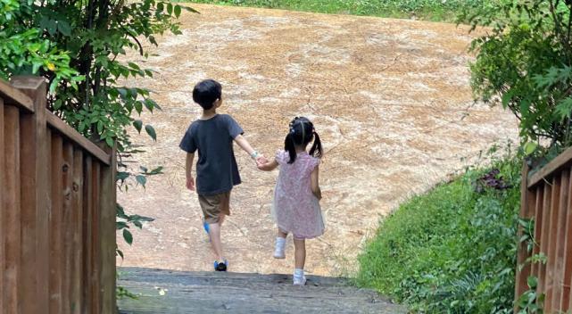 張子萱帶倆女兒出遊,因安安牽小男生吃醋,曬照只給自家孩子打碼