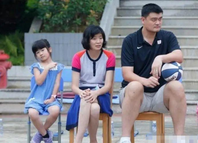 姚明一家聚餐,11歲姚沁蕾乖巧懂事,身高目測近1米8