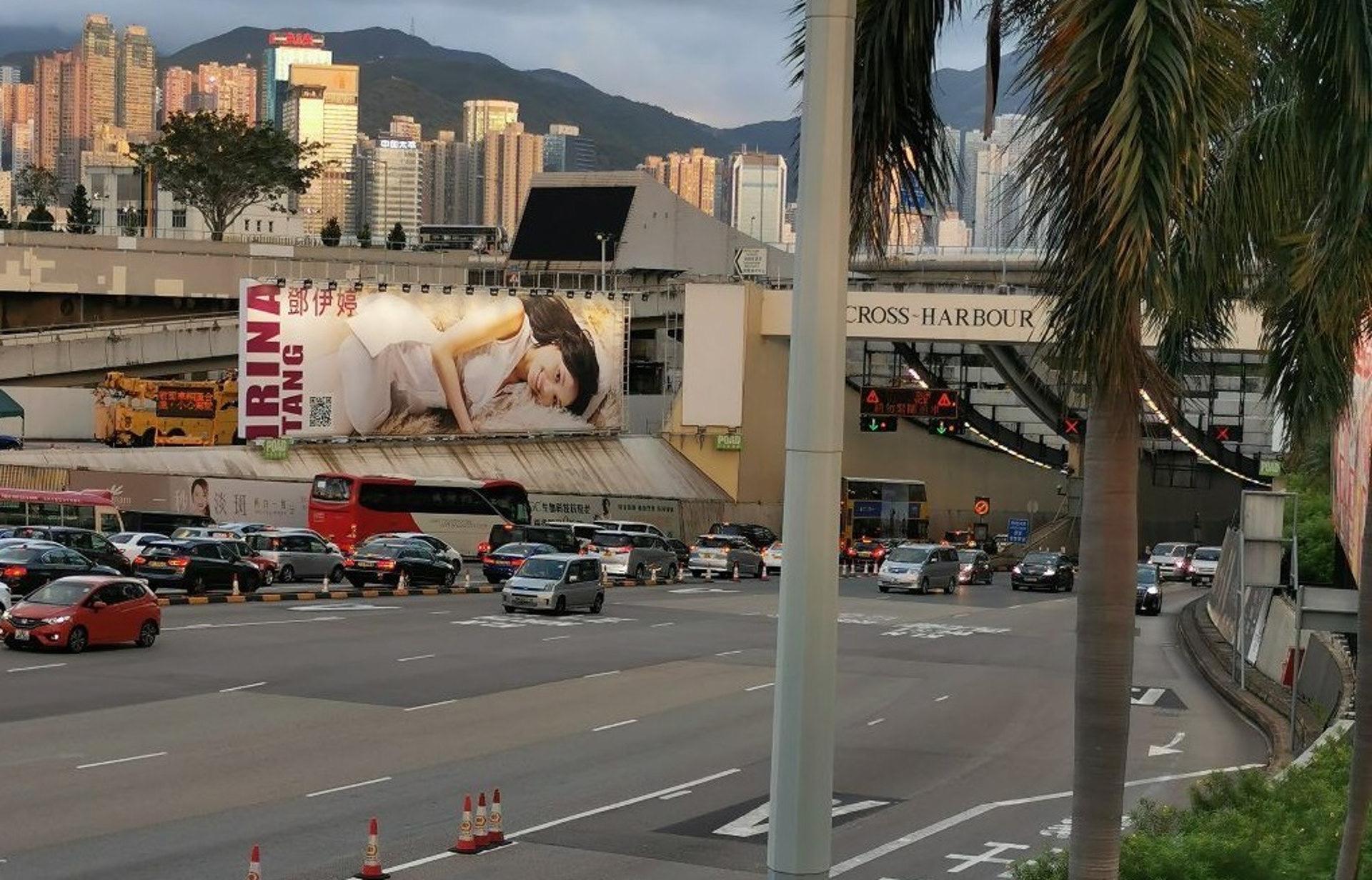 厲害!31歲TVB小花鄧伊婷獲神祕人投放巨型廣告牌,預計花費百萬