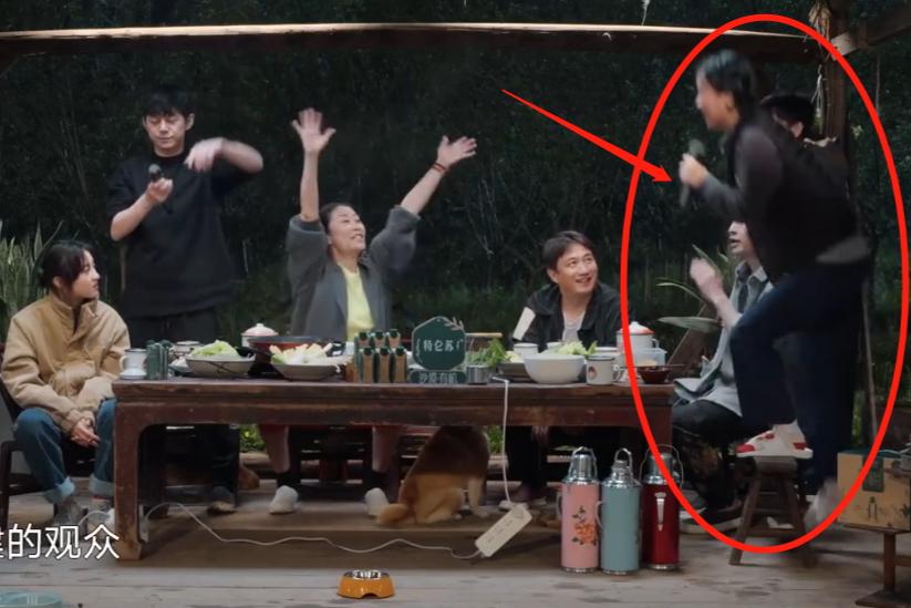 那英腳踩凳子上唱歌,無意間暴露修養,何炅讓彭昱暢保護她安全