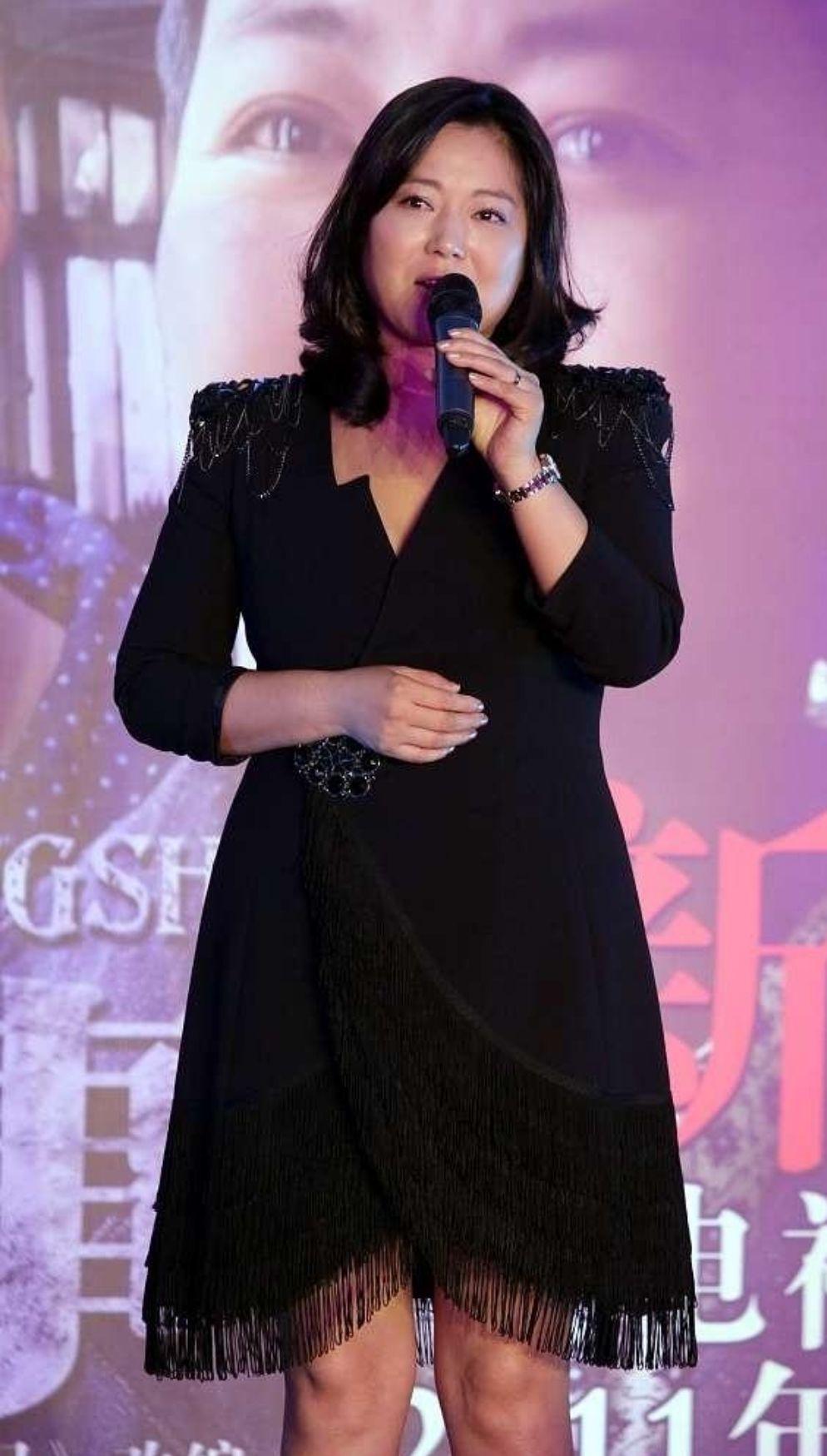 王茜華秀出自己的穿搭,身材豐滿性感,穿一襲黑裙很像貴婦