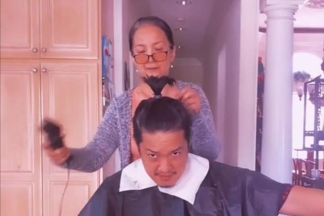 61歲呂麗萍給兒子理髮,頭髮花白,33歲張博宇比父親都顯老