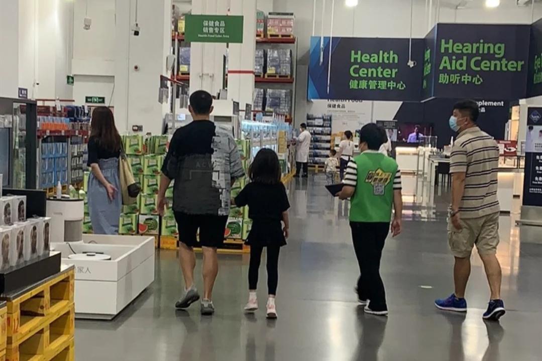 黃磊帶小女兒逛超市!7歲多妹大長腿吸睛,古靈精怪長相酷似爸爸