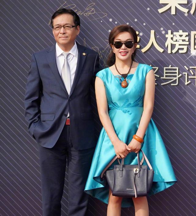 68歲的劉曉慶越老越時髦,穿緞面裙優雅又減齡,真是被歲月偏愛啊