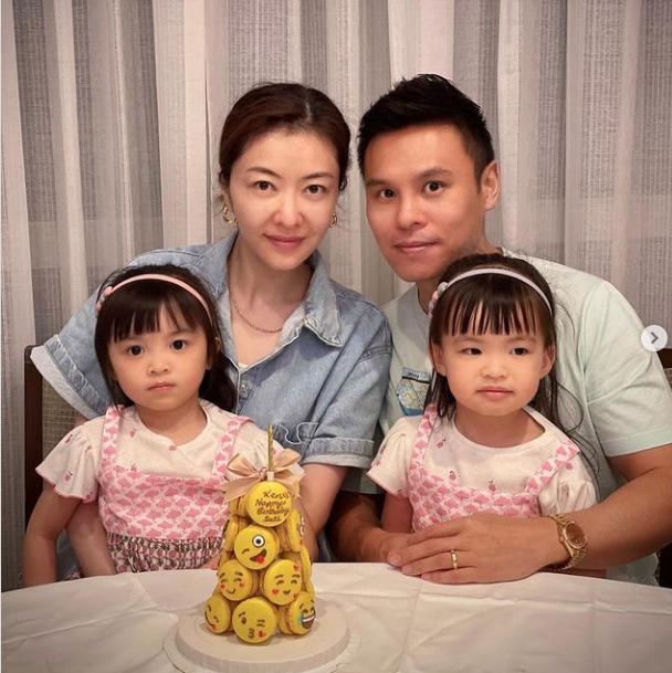郭可頌曬全家福慶生,與熊黛林一人抱一娃,雙胞胎女兒越長越不像
