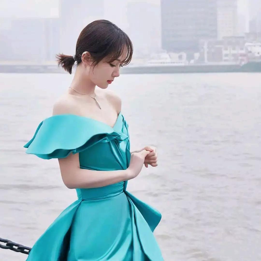 楊紫穿綠裙在江邊拍大片,領口設計太顯身材,全程不敢正對鏡頭