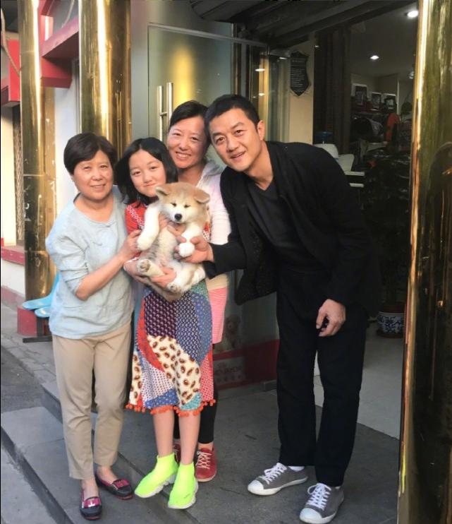 李亞鵬分享全家福合影,李嫣出國讀書奶奶去陪讀,同框畫面溫馨