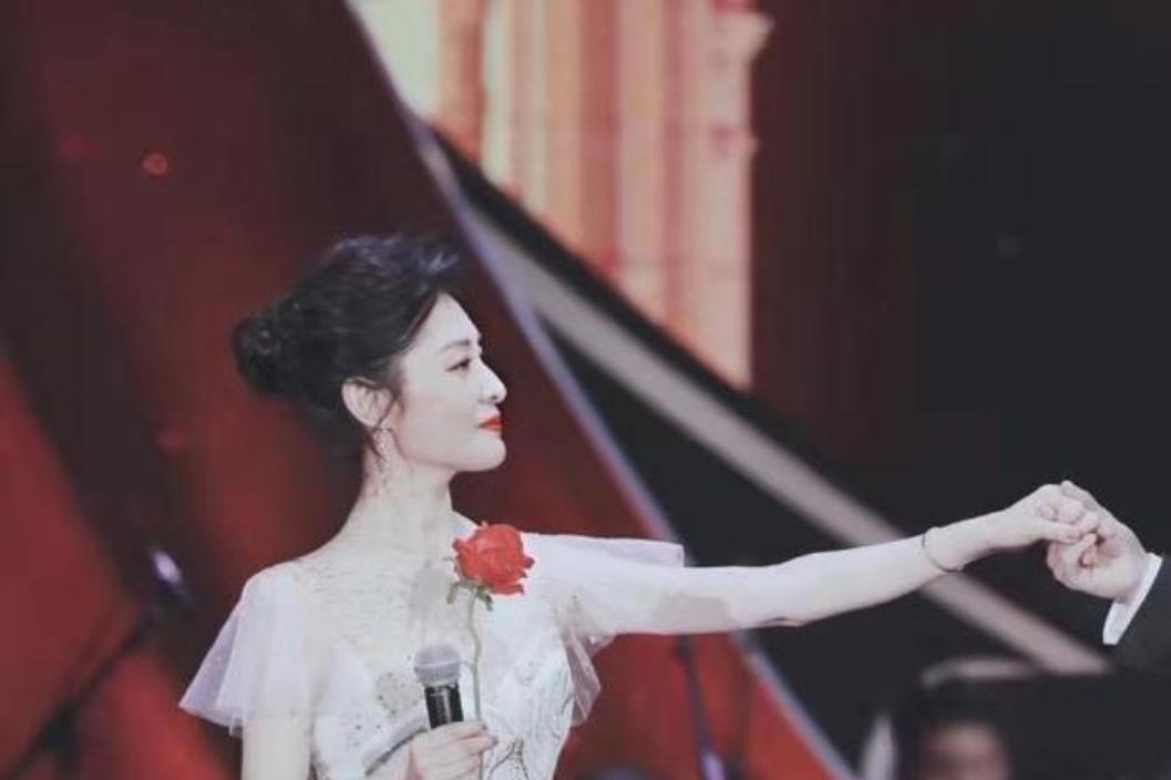 周濤是真女神,隨意搭配粉色連衣裙,舉手投足盡顯優美姿態